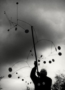 Ugo Mulas. Alexander Calder con Snow Flurry, Saché 1963